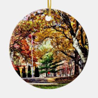 Ornement Rond En Céramique Aller à vélo en parc d'automne