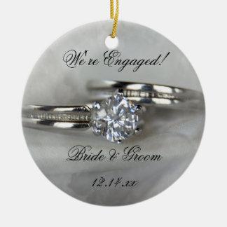 Ornement Rond En Céramique Anneaux de mariage sur le fiançailles gris