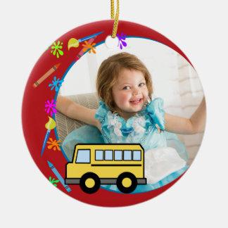 Ornement Rond En Céramique Années élémentaires de photo d'autobus scolaire