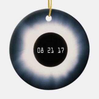Ornement Rond En Céramique Août 2017 éclipse solaire totale en noir et blanc