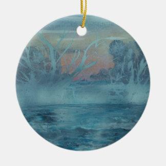 Ornement Rond En Céramique Arbres congelés dans le lac brumeux