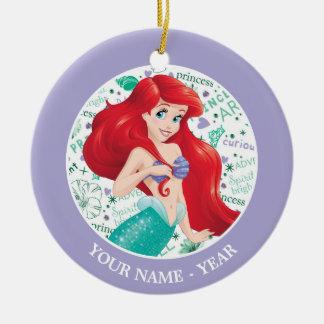 Ornement Rond En Céramique Ariel | Ariel tenant des cheveux ajoutent votre