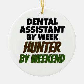 Ornement Rond En Céramique Assistant dentaire par le chasseur de jour par
