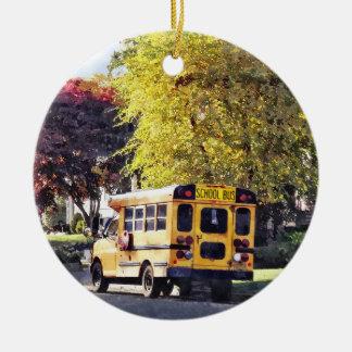 Ornement Rond En Céramique Autobus scolaire garé en automne