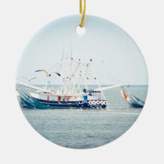 Ornement Rond En Céramique Bateau bleu de crevette sur l'océan