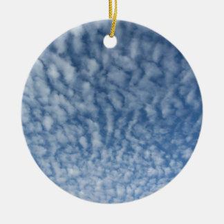Ornement Rond En Céramique Beaucoup de petits nuages mous sur le fond de ciel