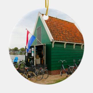 Ornement Rond En Céramique Bicyclettes, village néerlandais de moulin à vent,