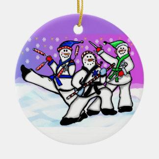 Ornement Rond En Céramique Bonhommes de neige de karaté avec l'ornement