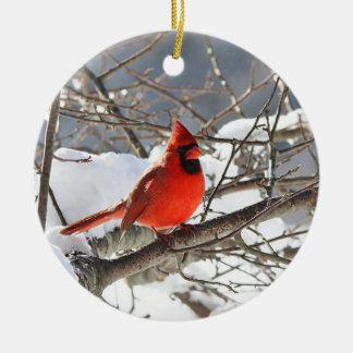 Ornement Rond En Céramique Cardinal du nord dans la neige