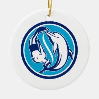 Ornement Rond En Céramique Cercle libre de Yin Yang de plongeur et de dauphin