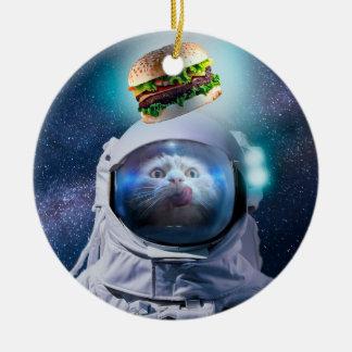 Ornement Rond En Céramique Chat d'astronaute regardant l'hamburger