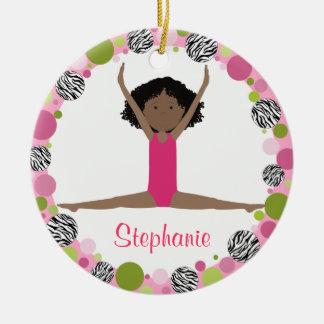 Ornement Rond En Céramique Cheveux noirs de gymnaste d'étoile dans les roses