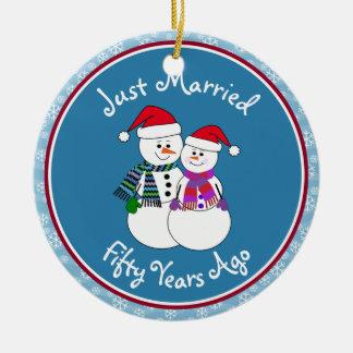 Ornement Rond En Céramique cinquantième Noël de couples de neige d'amusement