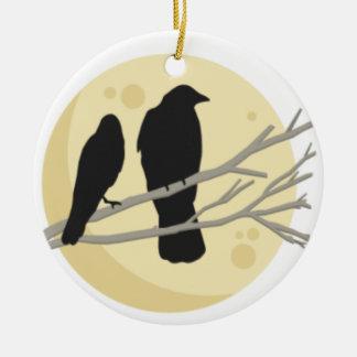 Ornement Rond En Céramique Corneille noire sur la branche d'arbre
