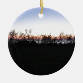 Ornement Rond En Céramique Coucher du soleil de mer avec la silhouette