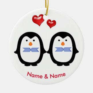 Ornement Rond En Céramique Couples affectueux de pingouin deux mâles