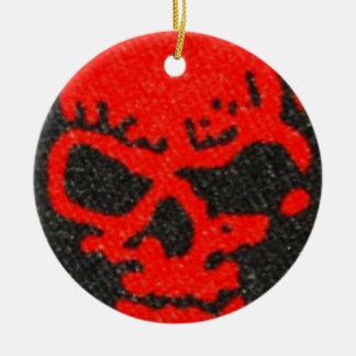Ornement Rond En Céramique Crânes rouges horribles sur le noir