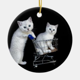 Ornement Rond En Céramique Deux chatons blancs avec le caddie sur black.JPG