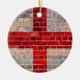 Ornement Rond En Céramique Drapeau de l'Angleterre sur un mur de briques