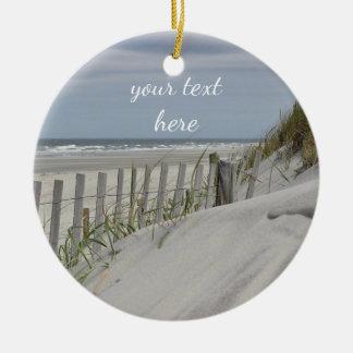 Ornement Rond En Céramique Dunes patinées de barrière et de sable à la plage