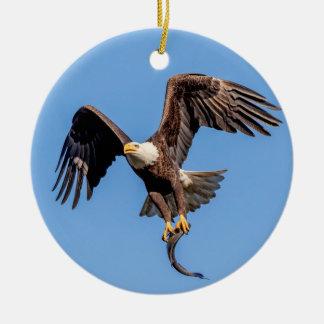 Ornement Rond En Céramique Eagle chauve avec un poisson