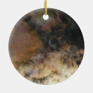 Ornement Rond En Céramique Éclipse solaire et nuages