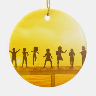 Ornement Rond En Céramique Enfants heureux et amitié dans le concept d'école