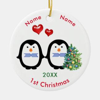 Ornement Rond En Céramique Ęr Noël de pingouin de mâles affectueux des