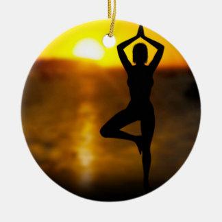 Ornement Rond En Céramique Femelle de yoga par l'océan à l'ornement de