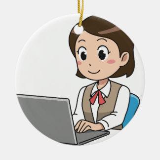 Ornement Rond En Céramique Femme sur l'ordinateur portable