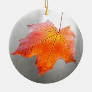 Ornement Rond En Céramique Feuille d'érable rouge - automne mystique