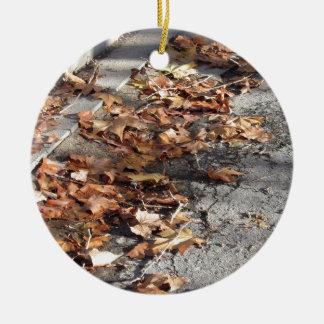 Ornement Rond En Céramique Feuille mort se trouvant au sol en automne