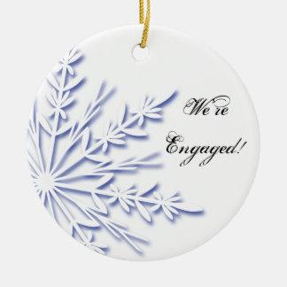 Ornement Rond En Céramique Fiançailles bleu et blanc de flocon de neige