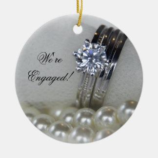 Ornement Rond En Céramique Fiançailles de bagues à diamant et de perles de