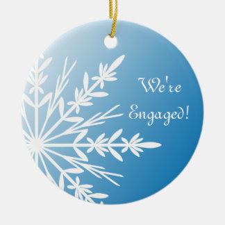 Ornement Rond En Céramique Flocon de neige blanc sur le fiançailles bleu