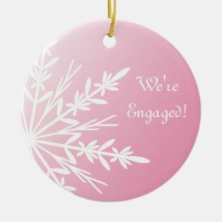 Ornement Rond En Céramique Flocon de neige blanc sur le fiançailles rose