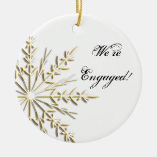 Ornement Rond En Céramique Flocon de neige d'hiver d'or sur le fiançailles