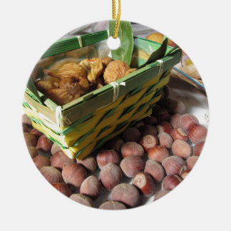Ornement Rond En Céramique Fruits d'automne avec des noisettes et des figues