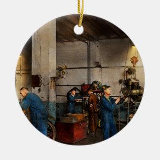 Ornement Rond En Céramique Garage - mécanicien - la révision 1919