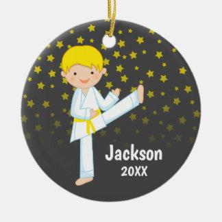 Ornement Rond En Céramique Garçon blond de ceinture jaune du Taekwondo