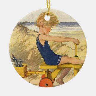 Ornement Rond En Céramique Garçon vintage jouant à la plage avec des jouets