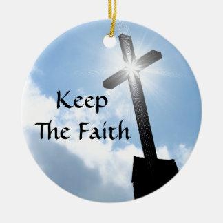 Ornement Rond En Céramique Gardez la croix de foi sur l'ornement de cieux