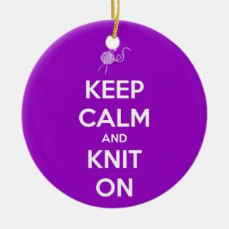 Ornement Rond En Céramique Gardez le calme et tricotez sur Fuschia
