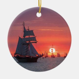 Ornement Rond En Céramique Grand voilier marchand dans le coucher du soleil