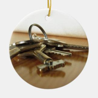 Ornement Rond En Céramique Groupe de clés usées de maison sur la table en