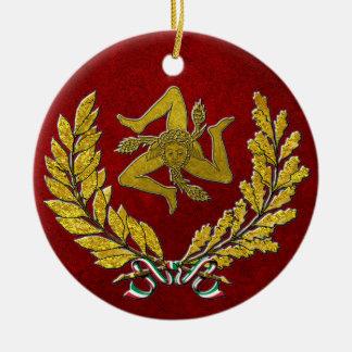 Ornement Rond En Céramique Héritage sicilien de Trinacria en or sur le rouge