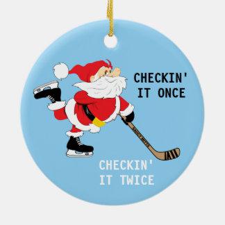 Ornement Rond En Céramique Hockey Père Noël Checkin de patinage il une fois