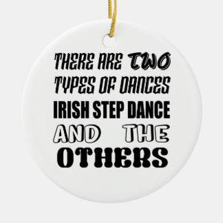 Ornement Rond En Céramique Il y a deux types d'étape et d'othe irlandais de
