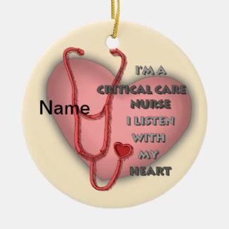 Ornement Rond En Céramique Infirmière critique de soin de rouge