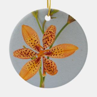 Ornement Rond En Céramique Iris repéré par orange appelé un lis de Blackberry